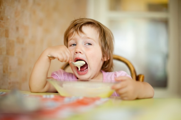 Deux ans, l'enfant mange de la plaque