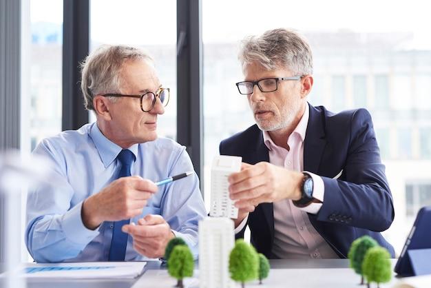 Deux architectes parlant de nouvelles solutions