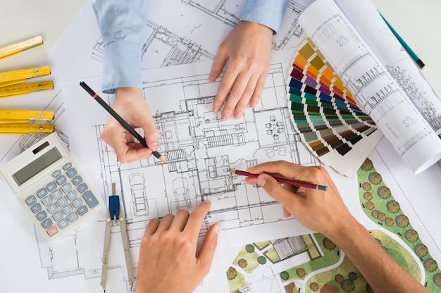 Deux architectes travaillant ensemble