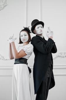 Deux artistes mimes avec des fusils, parodie de gangsters