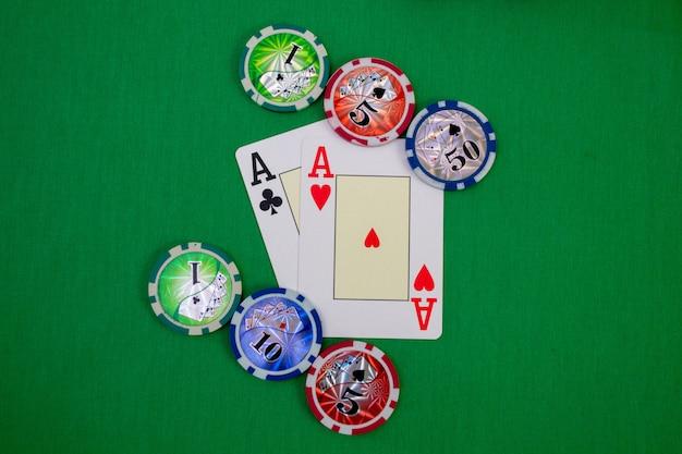 Deux as sur la table de poker avec des jetons