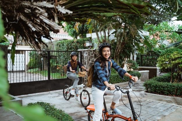 Deux, asiatique, jeune femme, porter, casque, et, sacs