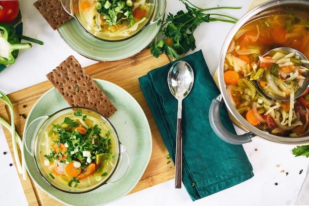 Deux assiettes avec de la nourriture végétalienne, soupe aux choux sur la table à la maison