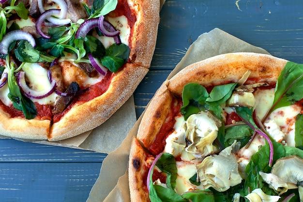 Deux assiettes à pizza sur une table en bois d'en haut.