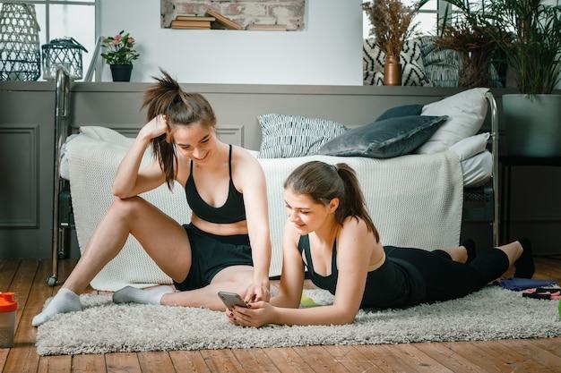Deux athlètes s'étirent, méditent, discutent de l'entraînement dans la chambre