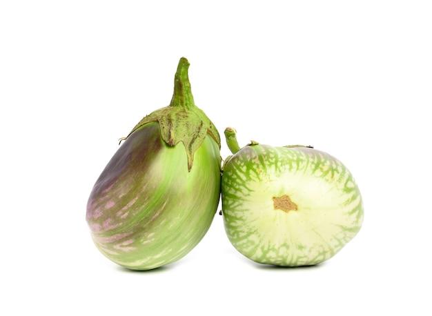 Deux aubergines mûres vertes isolées sur fond blanc, légume sain et savoureux