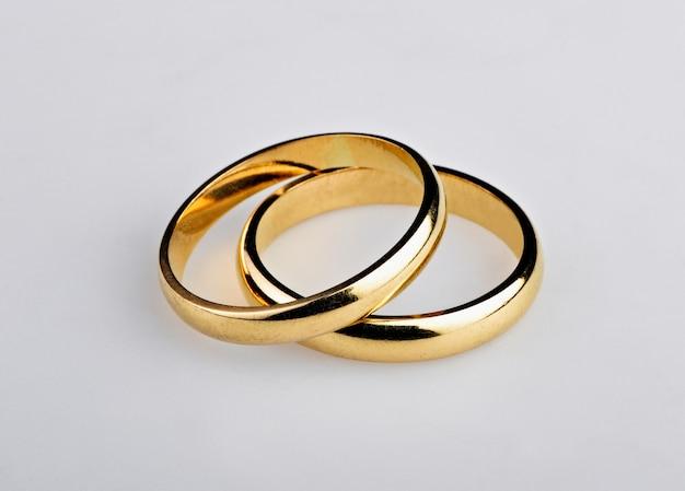 Deux bagues de mariage dorées bien utilisées
