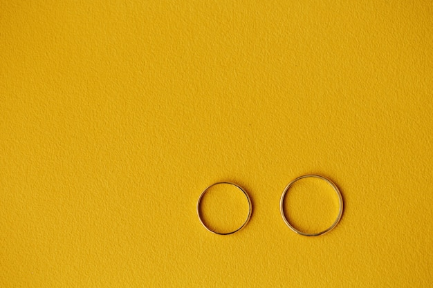 Deux bagues de mariage en or sur jaune