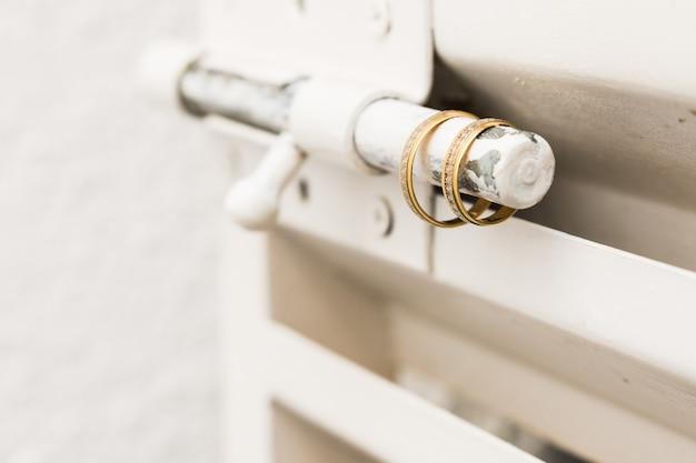 Deux bagues de mariage en or sur porte lockmetallic