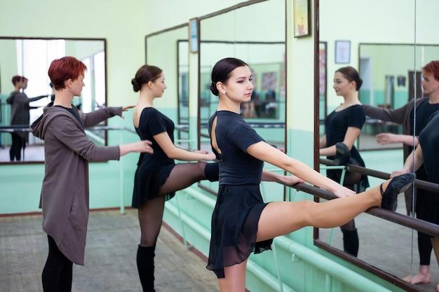 Deux ballerines s'entraînant dans un studio avec professeur