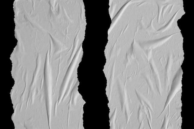 Deux bandes verticales de papier froissé blanc sur fond noir