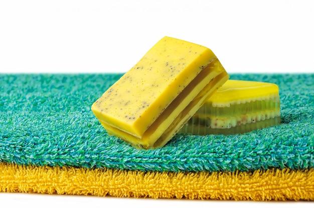 Deux barres de savon artisanal naturel sur une serviette de bain isolé