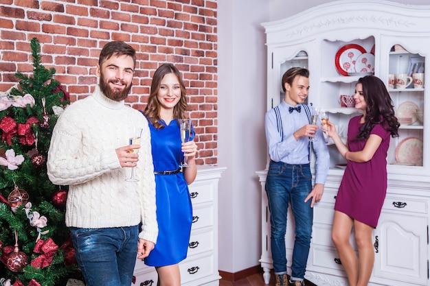 Deux beaux couples communiquent sur la fête et s'amusent
