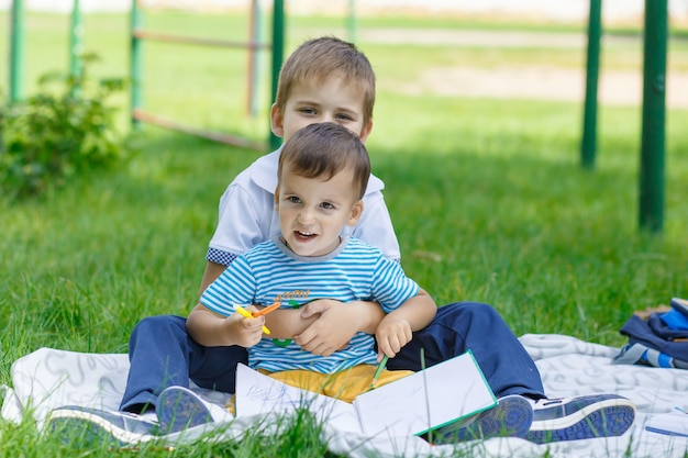 Deux beaux garçons dans le parc