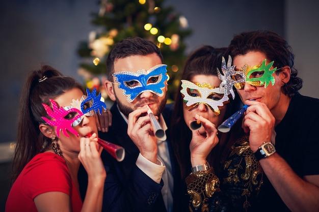 Deux beaux jeunes couples s'amusant à la fête du nouvel an