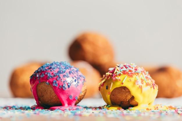 Deux beignets décorés portant sur une table.