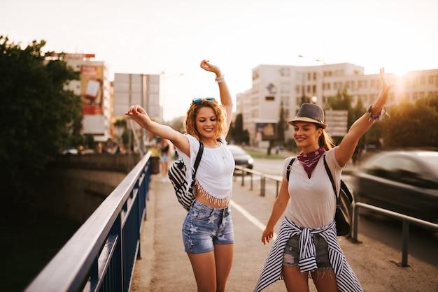 Deux belle jeune femme dansant sur le pont.