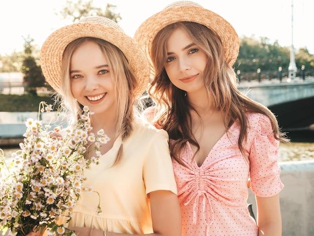 Deux belle jeune femme hipster souriante en robe d'été à la mode