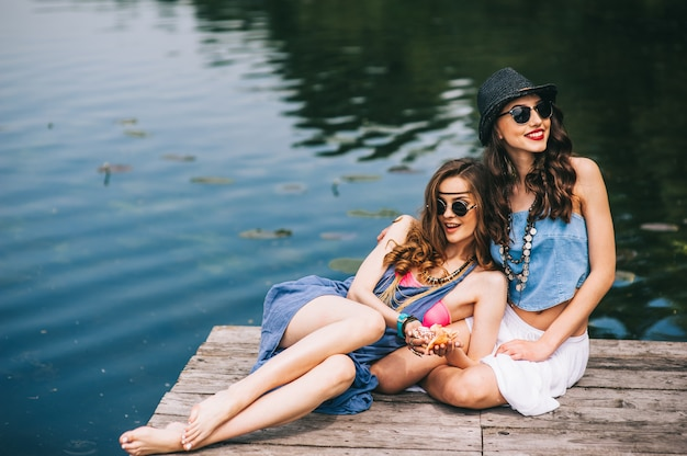 Deux belles amies sur le quai
