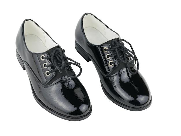 Deux belles chaussures en cuir pour femmes noires isolées sur une surface blanche