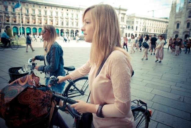 Deux belles femmes blondes, faire du shopping à vélo