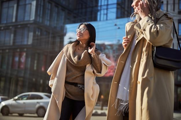 Deux belles femmes debout dans la rue