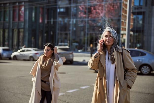 Deux belles femmes élégantes marchant dans la rue
