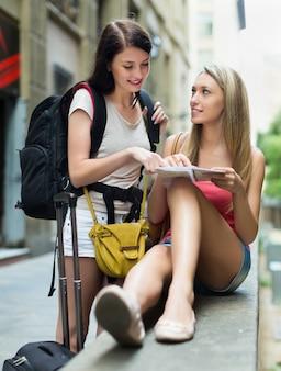 Deux belles filles avec carte
