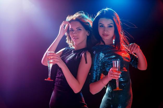 Deux belles filles dansant à la fête