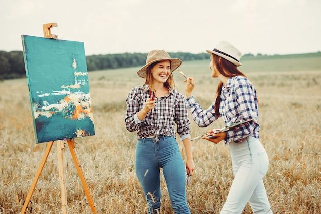 Deux belles filles dessinant dans un champ