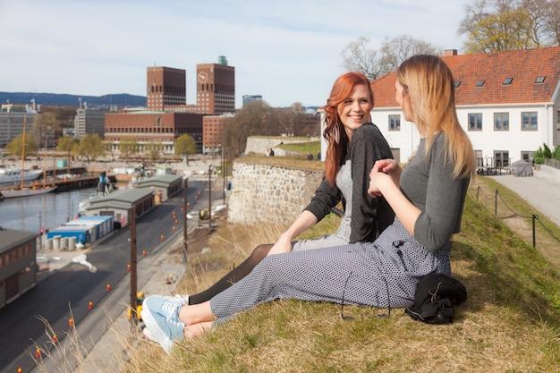 Deux belles filles nordiques profitant de leur temps libre à oslo