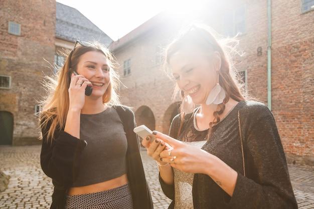 Deux belles filles nordiques visitant la vieille forteresse à oslo