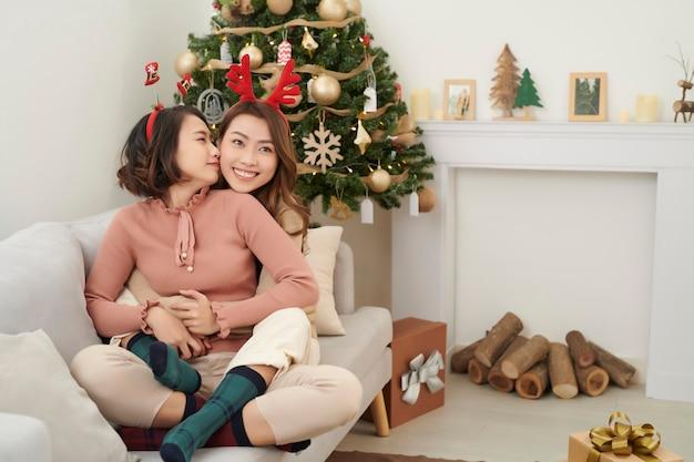 Deux belles filles près de l'arbre de noël en attente de cadeaux