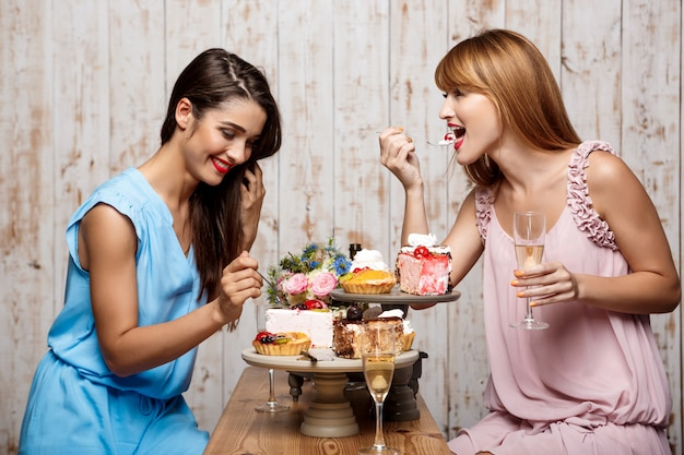 Deux belles filles se reposant à la fête.