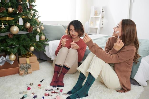 Deux belles jeunes femmes se refroidissant à la maison