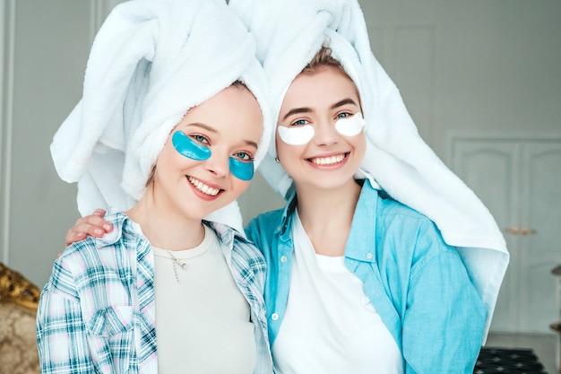 Deux belles jeunes femmes souriantes avec des taches sous les yeux
