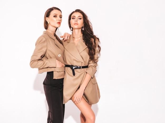 Deux belles jeunes filles brunes dans de beaux vêtements d'été à la mode