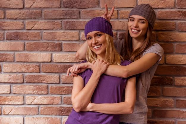 Deux belles jeunes filles en posant des vêtements décontractés.