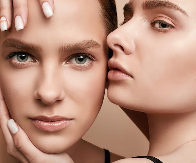 Deux belles jeunes filles sensuelles avec une peau claire et fraîche