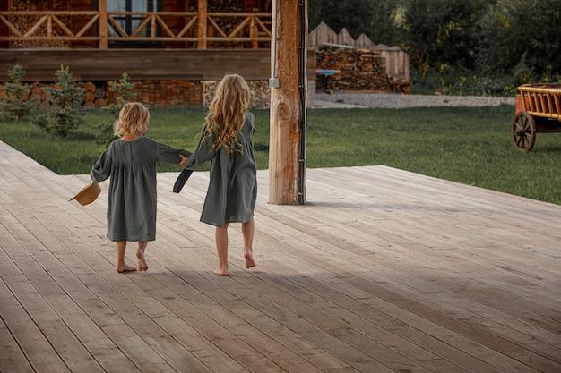 Deux belles petites filles d'enfants marchant ensemble dans la campagne