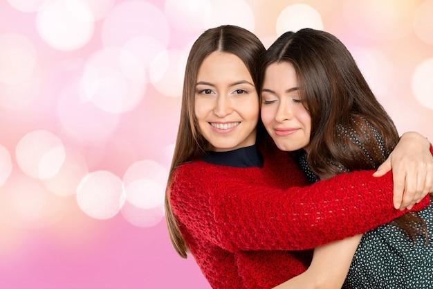 Deux belles soeurs s'embrassant et souriant