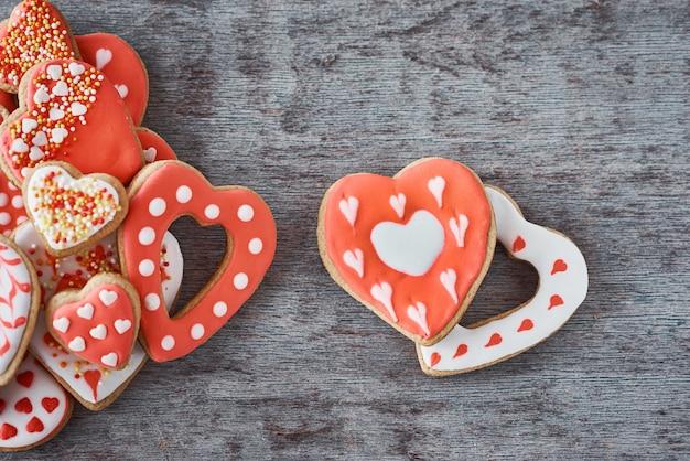 Deux biscuits en pain d'épice en forme de cœur