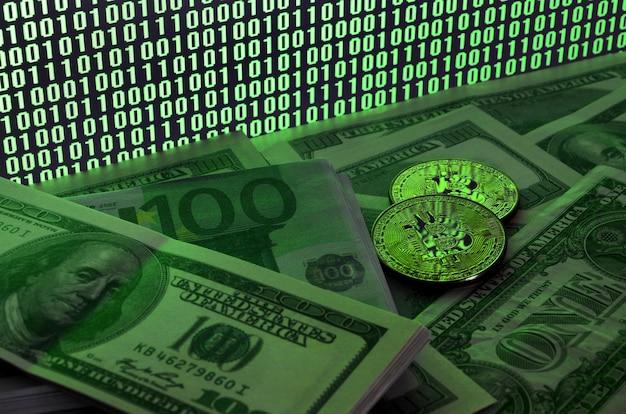 Deux bitcoins reposent sur une pile de billets d'un dollar