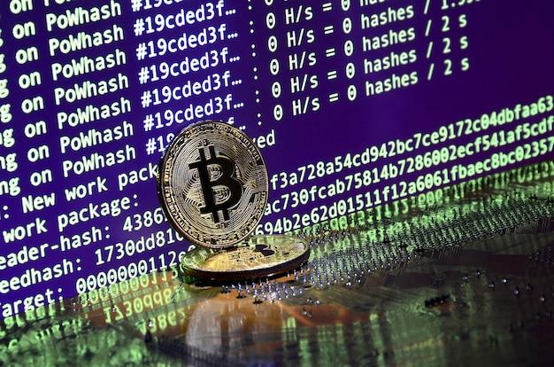 Deux bitcoins se trouvent sur une surface de carte vidéo avec un fond d'écran pour l'extraction de crypto-monnaies à l'aide des gpu
