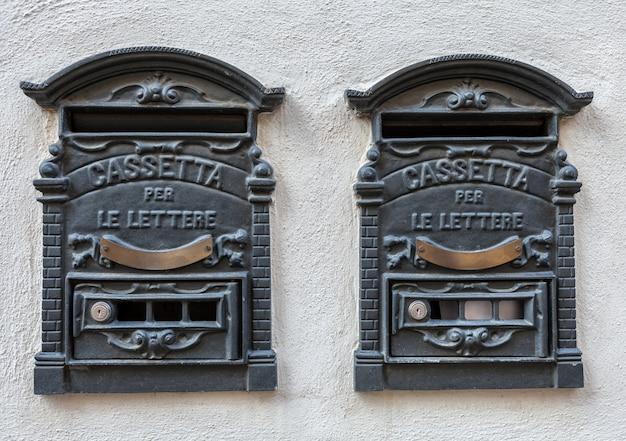 Deux boîtes aux lettres rétro en fer italien traditionnel pour les lettres