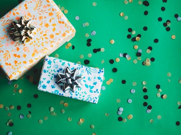 Deux boîtes à cadeaux et confettis