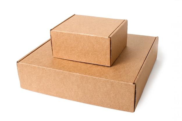 Deux boîtes en carton auto-rassembleurs isolés sur blanc.