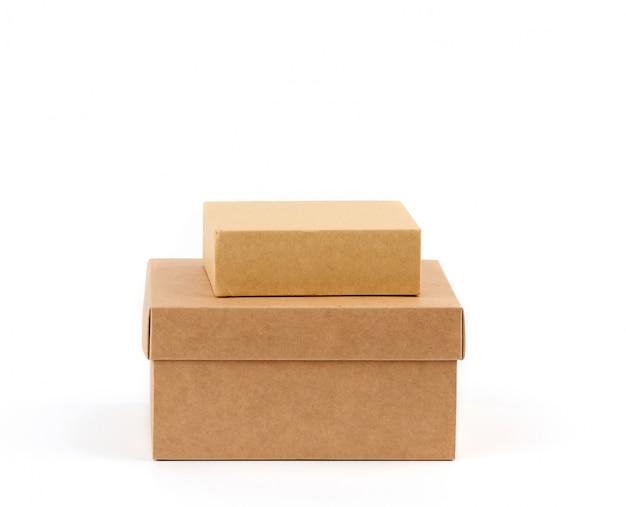 Deux boîtes en carton marron sur fond blanc