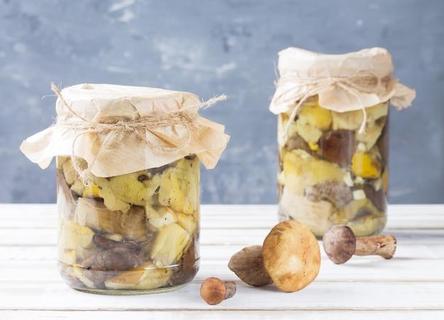 Deux boîtes de champignons en conserve sur table en bois
