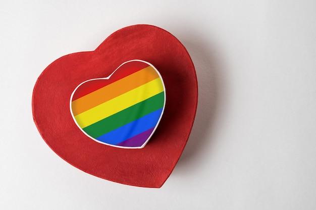 Deux boîtes en forme de coeur dessus. tolérance au concept lgbt.